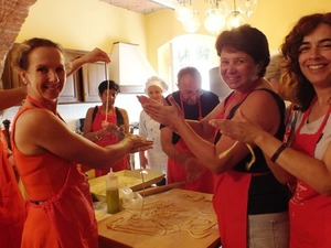 Private women cooking class in Tuscany villa - making pasta