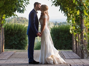 Romantic summer wedding in San Gimignano - couple'skiss under the arch
